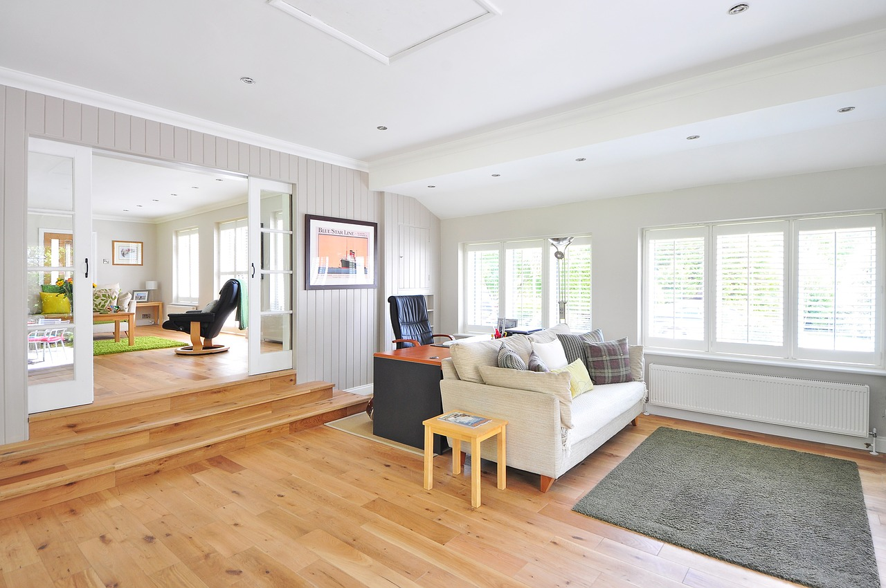 Medinės grindys ar laminatas, kas praktiškiau?
